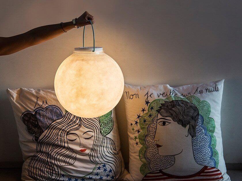 Sogno di una notte illuminata con una lampada portatile